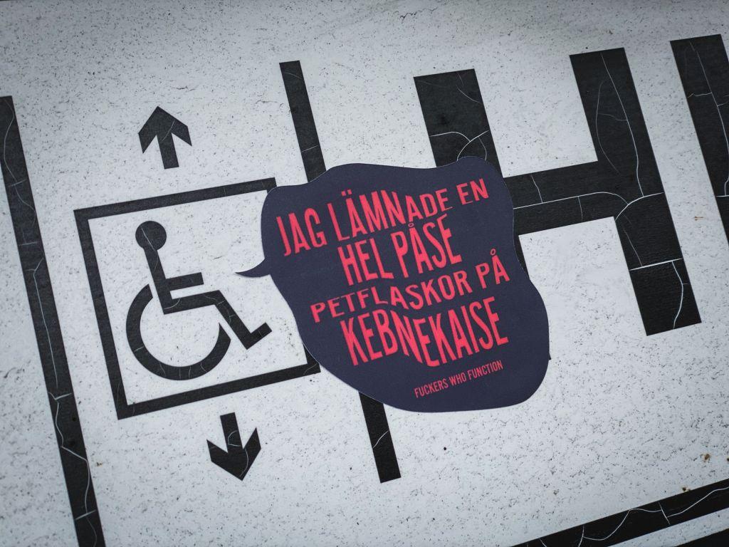 Dekal vid rullstolssymbol på hiss: Jag lämnade en hel påse petflaskor på Kebnekaise