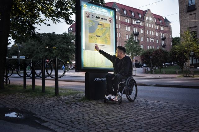 Anders Westgerd framför stadskarta som visar Göteborgs CP-fria zoner.