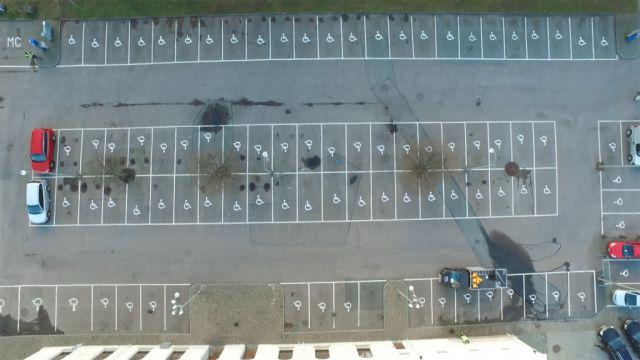 Bild från ovan, 96 av 96 parkeringsplatser har handikappsymbol målat