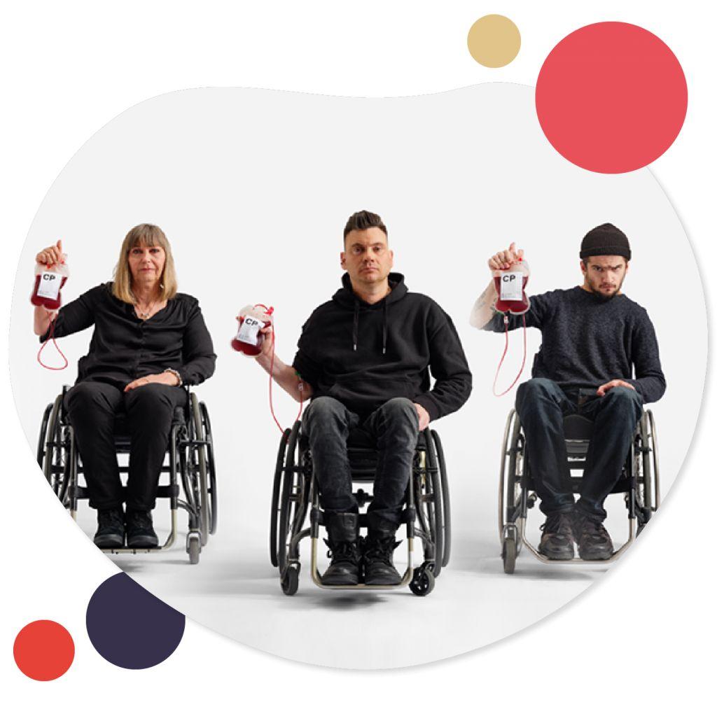 Tre personer sitter med varsin blodpåse i handen.