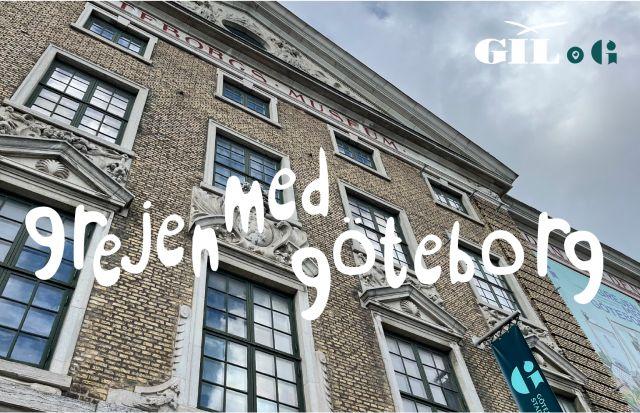 Gul tegelfasad på Göteborgs Stadsmuseum, GIL:s logotyp, Stadsmuseets logotyp, text Grejen med Göteborg